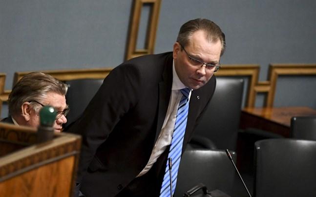 Försvarsministern Jussi Niinistö har kritiserat beslutet att skicka underrättelselagarna tillbaka till grundlagsutskottet för en ny behandling.