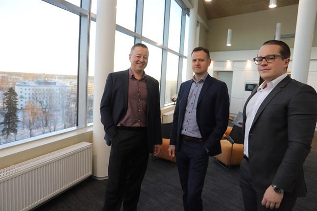 Petri Sandkvist, i mitten, byter bankbranschen mot fastighetsbranschen. Jukka och Olli Airaksinen är nöjda med rekryteringen.