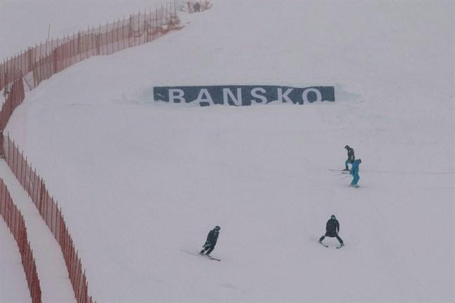 Snömängden ställde till det för arrangörerna i Bansko.
