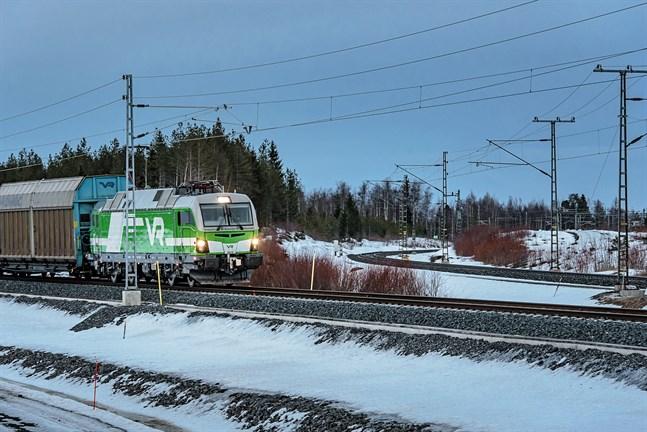 VR borde göra tågen synligare. I dag påminner tågens vitgröna lackering om snö och skog, skriver David Lövsund.