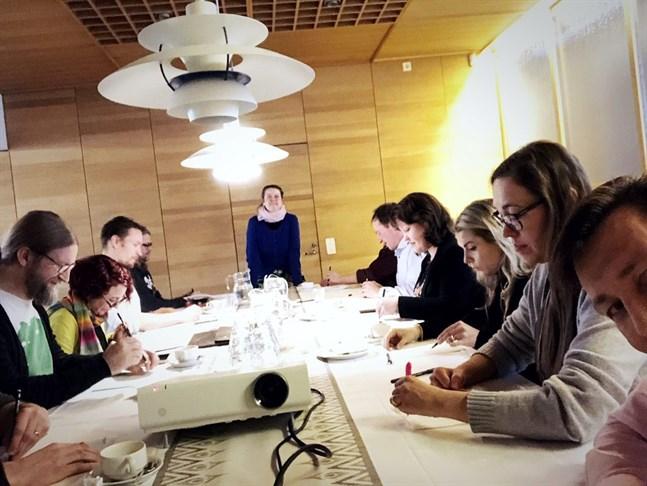 Bildkonstnären Sini-Meri Hedberg håller en mini-workshop i Åbo.