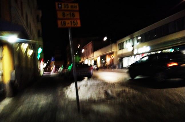 Ibland tvingades kvinnan köra omkring i Jakobstad för att försöka skaka av sig mannen som förföljde henne.