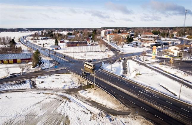 Kvevlaxkorsningen behöver åtgärdas för att minska olycksrisken. Det är svårt att svänga söderut från Veikarsvägen och norrut från Koskävägen, speciellt i rusningstrafik.