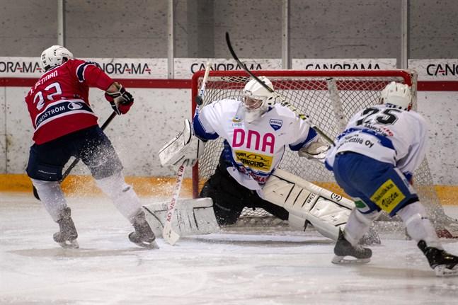 Lepplax Jens Östman (22) gör 1-0-målet bakom Virkiäs burväktare Karri Långsjö, medan Juuso Vuorela (25) är statist.