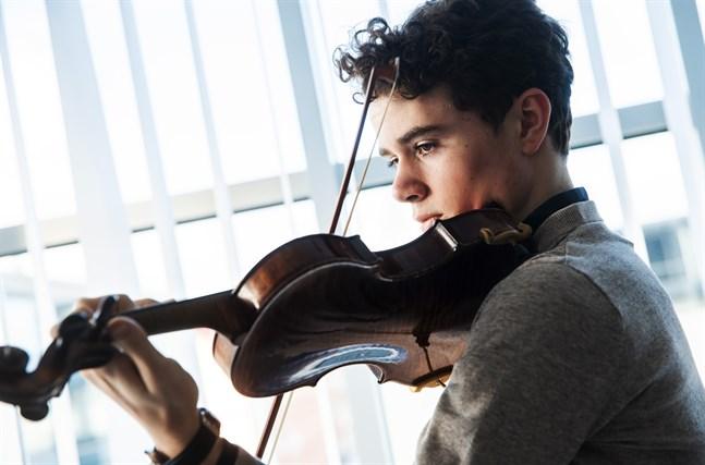 Violinisten Albert Sahlström är hemma från Vasa.