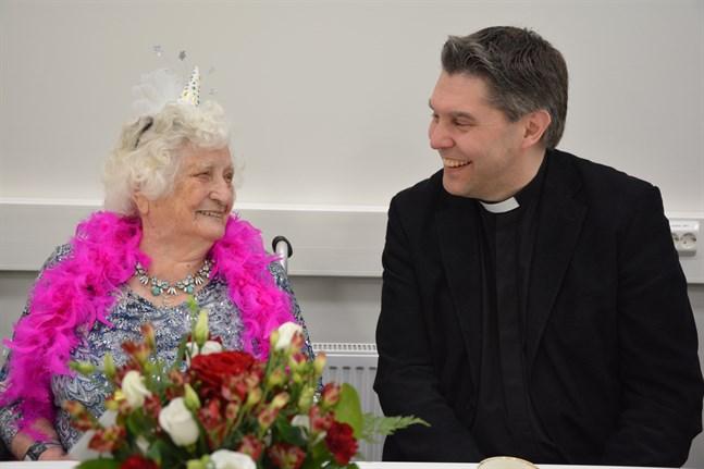 Astrid Qvist är äldst i Närpes. Kyrkoherde Tom Ingvesgård hörde till gratulanterna då hon firade sin 107-årsdag.