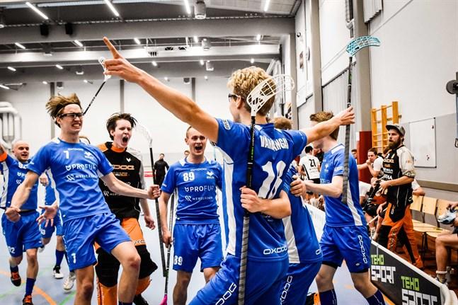 Johannes Vähäkangas (nummer 18) har avgjort semifinal nummer ett våren 2019 och kompisarna rusar fram för att servera den massiva lagkramen.