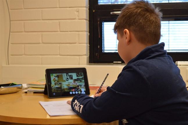 Med hjälp avataren kan Elias både se och höra vad som händer i klassrummet.