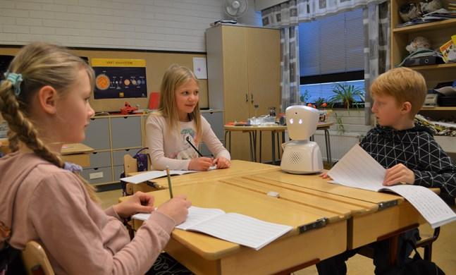 Frida Häggblom , Isabella Häggblom och Ivar Nylund tycker det är roligt med en robot i klassrummet.