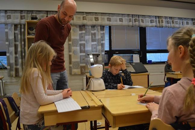 Klassläraren Urban Mietala säger att roboten AV1 har överträffat alla förväntningar.