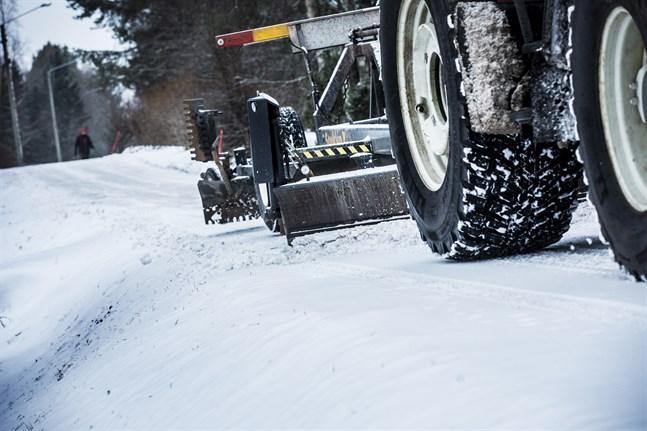Läsare har hört av sig om dåligt vinterunderhåll längs Veikarsvägen förra helgen.