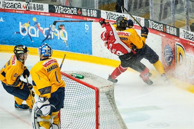 Sportanfallaren Elmeri Hällfors i en match mot Jukurit i mars förra året.