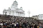 Ungdomar i Helsingfors samlades utanför domkyrkan.