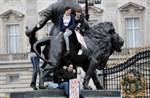Ungdomar utanför Buckingham Palace i centrala London.