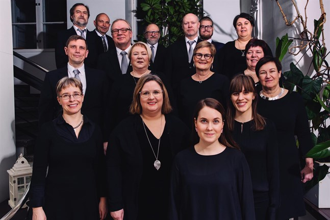 Sångarna i Vokalensemblen Röster bjöd på meditativa stämningar på sin julkonsert. Längst fram står dirigenten Kirsi Tunkkari. Sammansättningen i kören har ändrat lite sedan den här bilden togs.