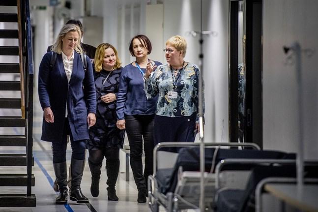 Vd Minna Korkiakoski-Västi t.h. chefsöverläkare Pirjo Dabnell hade besök av familje- och omsorgsminister Krista Kiuru och EU-kommisionär Jutta Urpilainen på vårvintern.