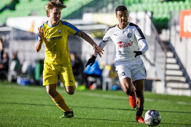Samba Sillah var nära att näta i början av träningsmatchen mot FC Jazz.