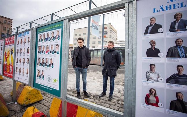 Med omkring två månader till valet för coronaläget med sig en del frågor. På bilden ser vi valreklam i Vasa inför riksdagsvalet år 2019.