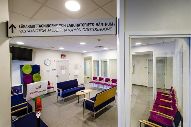 Inga vårdbolag lämnade i somras in anbud på läkarservicen i Kronoby. Marknaden fungerar inte, säger Soites vd Minna Korkiakoski-Västi.