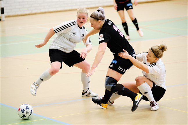 FC Sport (i svart) inledde med seger i årets upplaga av damernas futsalliga.