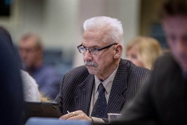 Hans Snellman (SFP) påpekade man utan knot beviljat anslag till finskspråkiga skolor.
