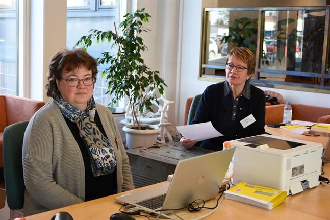 Christina Norrgård och Helena Böling var valfunktionärer vid förhandsröstningen i riksdagsvalet 2019 och är det även nu i kommunalvalet. Förhandsröstningen inleds på onsdag.
