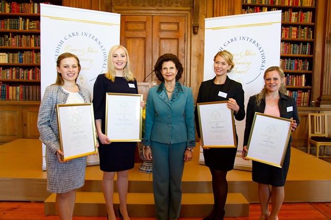 Årets stipendiater är från vänster: Paulina Pergol från Medical University i Warszawa, Polen, Sara Nyström från Linköpings universitet i Sverige, Maiju Björkqvist från Vasa yrkeshögskola och Annette Löser från Medicampus i Chemnitz, Tyskland. Och i mitten drottning Silvia själv.