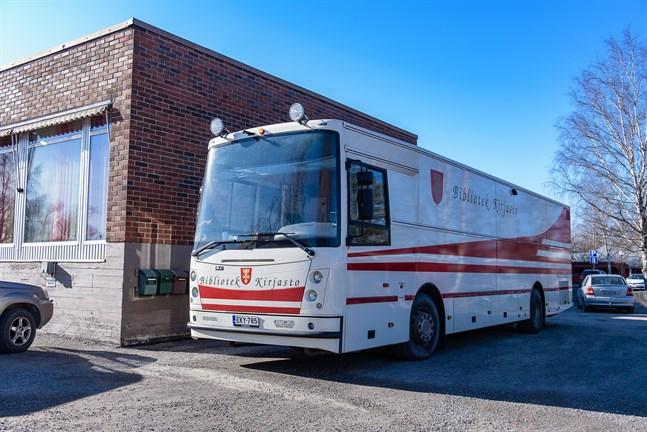 Bokbussen i Kronoby trafikerar inte under åtta veckor i sommar. Men biblioteken är öppna varje vecka.