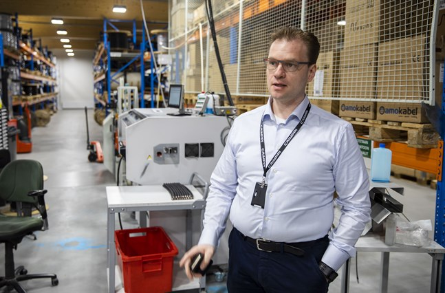 Crimppi har en arbetsintensiv produktion, men Timo Harri ser många fördelar med att ha en fabrik nära kunderna.