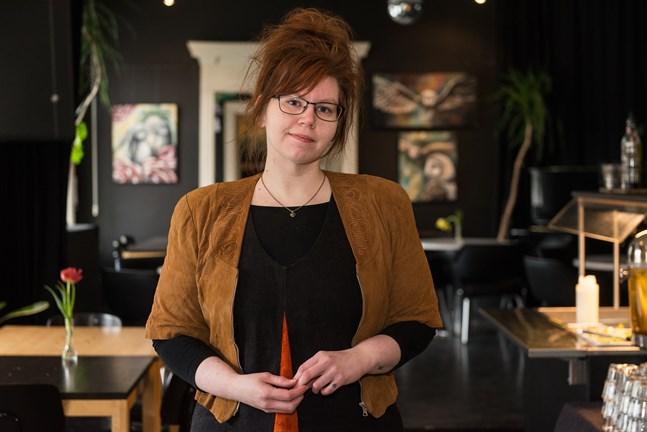 Alexandra Sandbäck målar sina tavlor hemma i ett hörn av vardagsrummet. Nu ställer hon ut sjutton av dem på After Eight i Jakobstad.