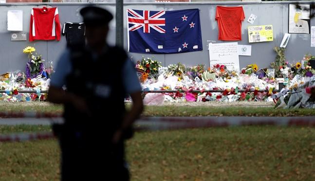 En polis står vakt utanför al Noor-moskén i Christchurch efter terrorattacken. Arkivbild.