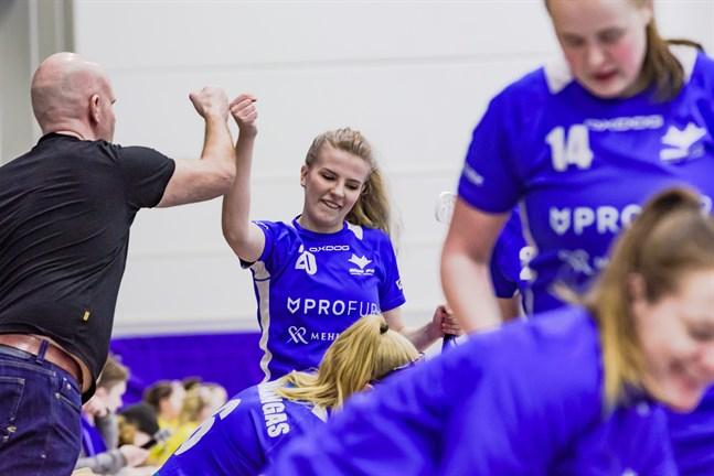 Blue Fox-tränaren Andreas Nyby gör en high-five med målskytten Noora Lapinkoski i segermatchen mot SB Welhot den 10 april 2019.