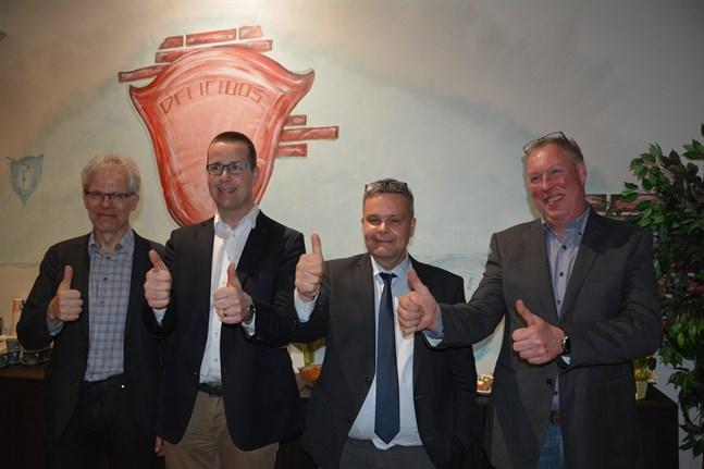 Det gick vägen. Anders Norrback omgiven av sin absoluta kärntrupp i valkampanjen, från vänster Mårten Vikberg, Kristian Bengts och Leif Rönnholm, som sitter i ledningen för stödföreningen Ett framgångsrikt Österbotten.
