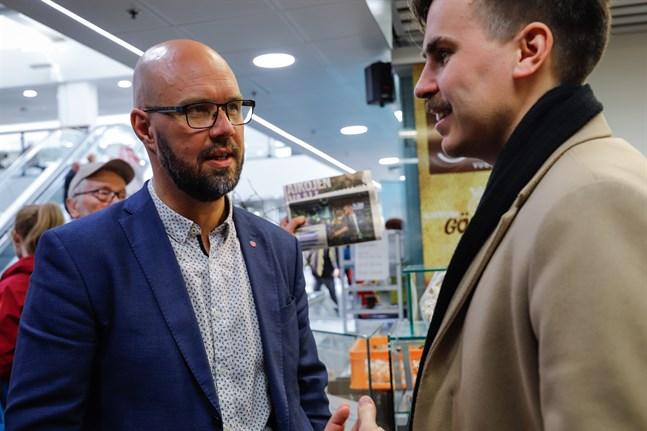 Kim Berg och Matias Mäkynen är stolta över de socialdemokratiska kandidaternas goda samarbetet i valkampanjen. Nu får de samarbeta mera, i att hitta en ny ordförande för Vasa stadsstyrelse.