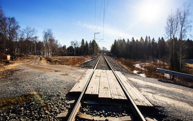 En skåpbil och ett godståg krockade på en plankorsning i Ilmajoki i fredags. Bilden är från en annan plankorsning.