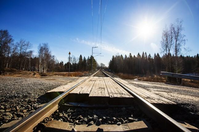 En bil krockade med ett godståg vid en plankorsning i Ilmajoki på fredag. Bilden är inte från olycksplatsen.