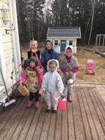Söta påskhäxor, hare och påskkatt på Skiffervägen i Larsmo.