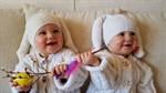 Tvillingarna firar påsk.