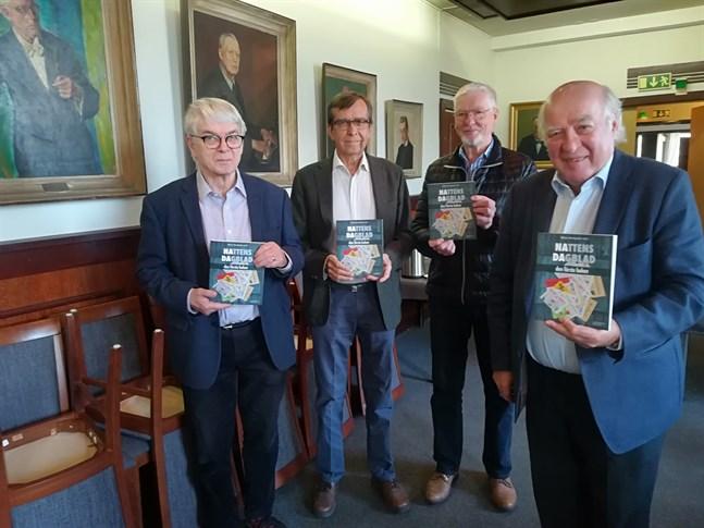 Lars Junell, Kurt Betlehem och Harry Hagström från Gamlakarleby manskör tillsammans med förläggaren Allan Blom är alla glada över att Nattens dagblad nu också finns i bokform.