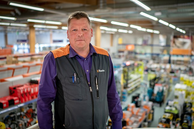 Thomas Biskop vid K-Rauta Biskop i Jakobstad berättar att den nya hallen kommer att husera de lite tyngre produkterna.