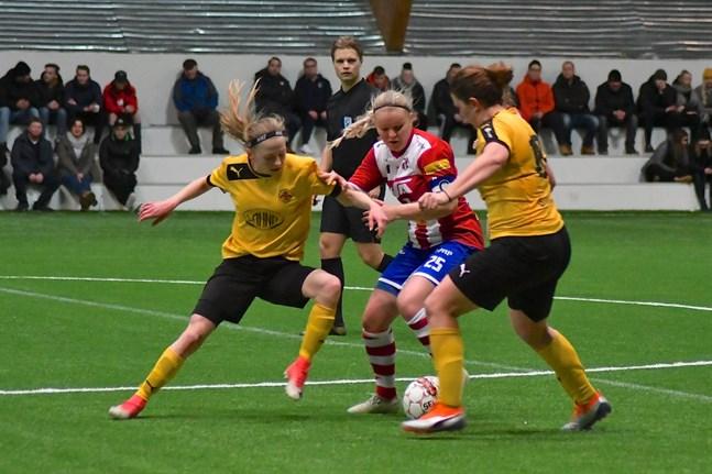 Tilde Hellund (till vänster)och Annika Grundvall i IK Myran i duell med Lina Luokkala från GBK i lagens träningsmatch den 24 februari 2019.