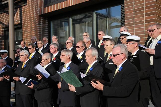 De finlandssvenska manskörerna kan se fram emot ny repertoar. Bilden togs då Närpes manskör uppträdde vid stadshuset på valborgsmässoafton för ett par år sedan.