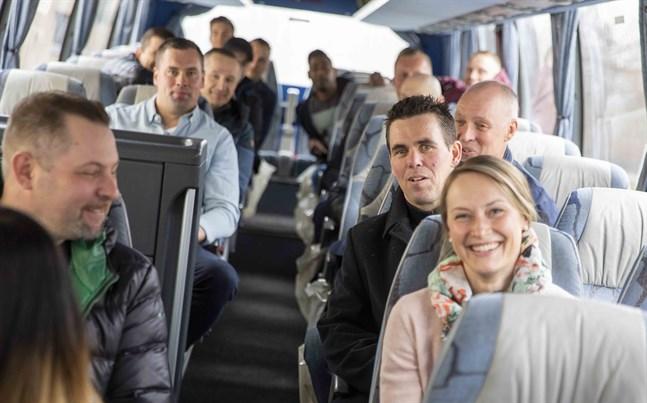 Ett busslass med poliser väntar ivrigt på att få åka iväg mot Örnsköldsvik. Tomas West, till höger i svart, säger att den sociala gemenskapen är det viktigaste med idrottsutbytet.