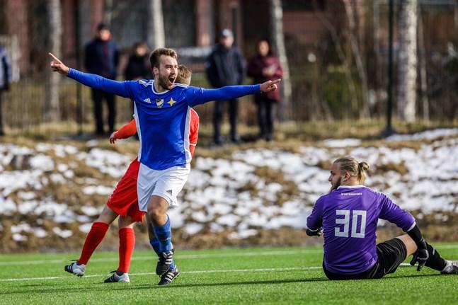 Kristian Kokko har spelat många säsonger i VIFK:s blåvita färger. På bilden, från början av maj förra året, firar han kvitteringsmålet mot FC Vaajakoski.