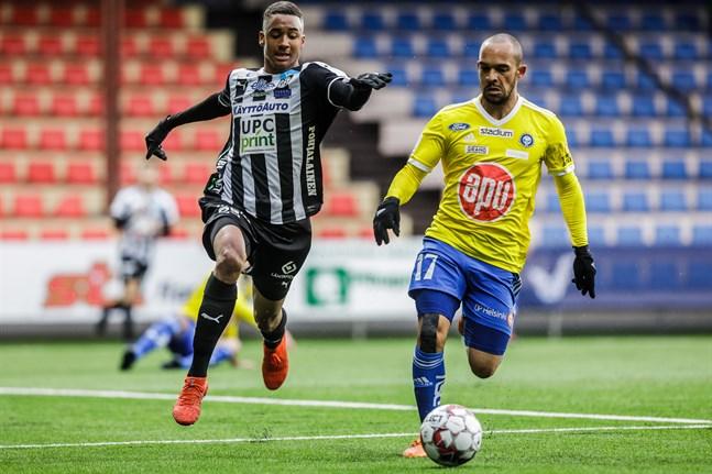 Momodou Sarr i närkamp med HJK:s Nikolai Alho. Sarr har stått för 2+2 under säsongen hittills och spelat från start i samtliga sju ligamatcher.