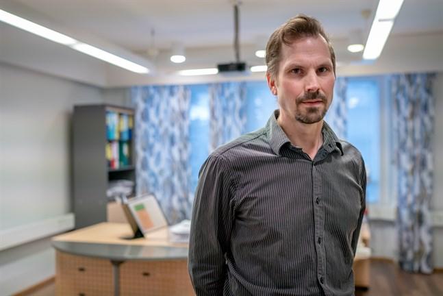 Andréas Smeds, direktör för hälsoövervakningen i Karleby, säger att det i nuläget inte finns någon orsak att ingripa från myndighetshåll när det gäller rävarnas välmående i Vittsar.