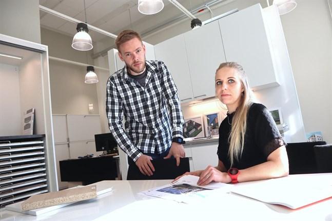 Juha Rahnasto och Sofia Österåker på Peab i Vasa berättar om bolagets senaste projekt, ett åttavåningshus med 39 lägenheter nära järnvägsstationen i Vasa.