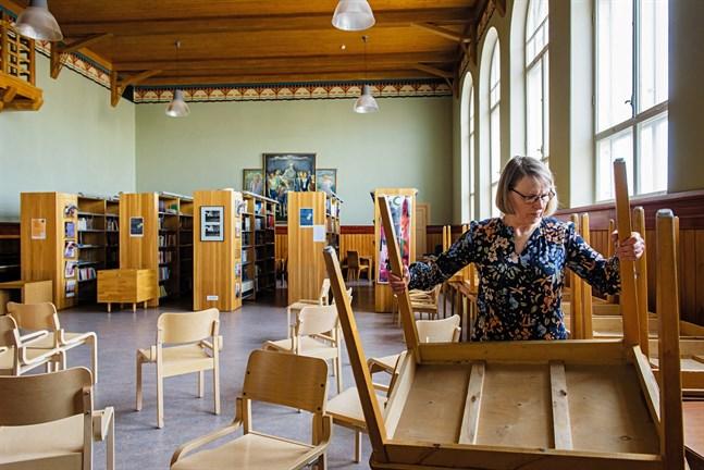 Rektor Gunnevi Kiiskinen möblerade om vid Jakobstads Gymnasium för att få plats för alla studerande i maj 2019. Snart har hon gjort sitt som rektor.