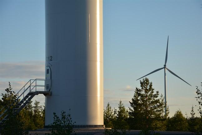 Vindkraftsparker är en industri som inte passar invid bebyggelse, anser skribenterna.