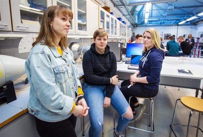 Minna Wiklund, Lina Nyby och Lovisa Nymark tycker att kursen vid Novia är lärorik och rolig. — Det är kul att göra liknande experiment som vi gjort tidigare, men på en lite annan nivå, säger Wiklund.
